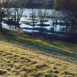 Promenade le long de la rivière Photographie stock libre de droits