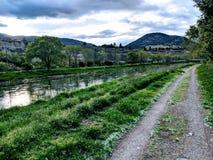 Promenade le long de la rivière dans le penticton avant Jésus Christ photo libre de droits
