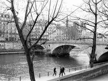 Promenade le long de la rivière la Seine à Paris Image libre de droits