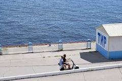 Promenade le long de la promenade sur un vélomoteur Image libre de droits