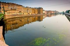 Promenade le long de rivière de Neva à St Petersburg Photos stock