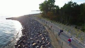Promenade le long du bord de mer, visite de vélo sur le bord de mer, péninsule de Hel, Pologne, 07 2016, LONGUEUR AÉRIENNE banque de vidéos