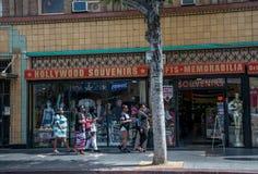 Promenade le long du Hollywood Boulevard Touristes devant la boutique de souvenirs Los Angeles, la Californie images libres de droits