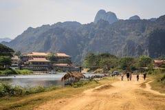 Promenade le long du Mekong dans le village de Vang Vieng laos images libres de droits