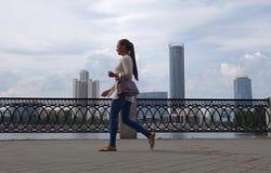 Promenade le long du remblai dans la perspective des gratte-ciel photos stock