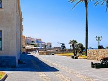 Promenade a lo largo del mar y de las paredes en Alghero Cerdeña, Italia Fotografía de archivo