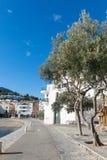 Promenade méditerranéenne blanche typique, dans le village de Cadaque Photo stock