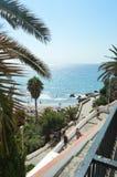 Promenade maritime merveilleuse de Nerja d'où nous pouvons voir sa belle plage Image stock