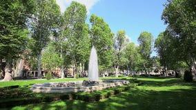 Promenade met fontein in park Zrinjevac, Zagreb stock footage