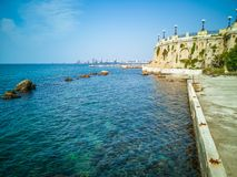 Promenade met overzeese rotsen en rond panoramisch balkon in de stad van Taranto in Italië royalty-vrije stock fotografie