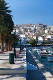 Promenade mit Palmen in der Stadt von Sitia stockfoto