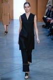 Promenade modèle de Josephine Le Tutour la piste chez Derek Lam Fashion Show pendant l'automne 2015 de MBFW Photographie stock