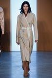 Promenade modèle de Katlin Aas la piste chez Derek Lam Fashion Show pendant l'automne 2015 de MBFW Images libres de droits