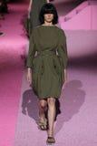 Promenade modèle de Saskia de Brauw la piste chez Marc Jacobs pendant la Mercedes-Benz Fashion Week Spring 2015 Photo libre de droits