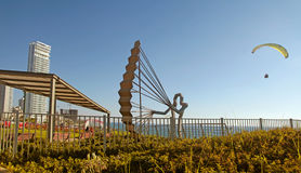 'promenade' moderna con la escultura del ala flexible, Netanya, Israel Fotos de archivo libres de regalías