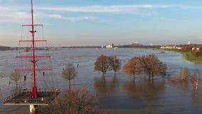 Promenade Muehlenweide en straat worden die die door de rivier Rijn wordt overstroomd stock footage