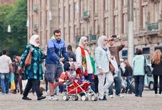 Promenade musulmane de famille sur la place de barrage, Amsterdam, Pays-Bas Images stock