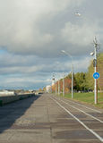 Promenade naast Noordelijke Dvina-Rivier, Arkhangelsk, Rusland Stock Afbeeldingen