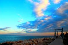 Promenade neben adriatischem Meer während des Sonnenuntergangs lizenzfreie stockfotos