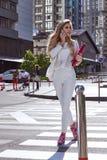 Promenade occupée superbe de femme d'affaires sur la rue dans la grande ville Images stock