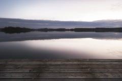 Promenade op het meer bij zonsopgang Stock Foto