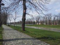 Promenade op Nisava-kade, Pirot Servië stock foto