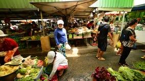 Promenade par le marché de rue passante Pham Ngu Lao - Ho Chi Minh City banque de vidéos