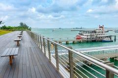 Promenade par le port avec des bateaux Images libres de droits
