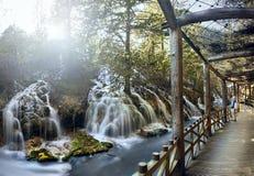 Promenade am Perlen-Massen-Wasserfall Jiuzhaigou, China Stockfoto
