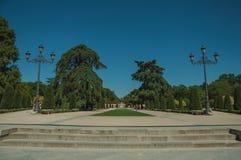 Promenade piétonnière avec des arbres et des réverbères en parc de Madrid photo libre de droits