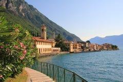 'promenade' pintoresca de la orilla del lago con el adelfa, lago del garda Fotografía de archivo