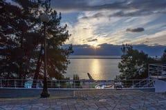 Promenade, plage, la Mer Noire au coucher du soleil un jour d'hiver Photographie stock libre de droits