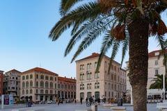 Promenade Riva de bord de mer dans la fente, Croatie photos libres de droits