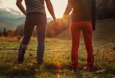 Promenade romantique de deux ados de pair par les montagnes automnales Images libres de droits