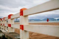 Promenade romantique de femme sur la plage Photo stock