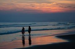 Promenade romantique de plage Images stock