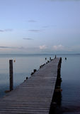 Promenade s'étendant dans la mer Photo stock