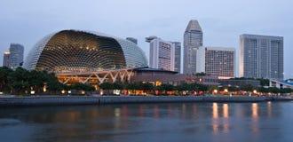 Promenade in Singapore bij schemer Stock Afbeelding