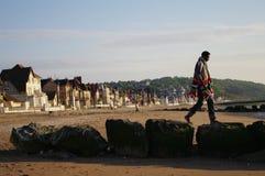 Promenade sur la jetée de pierres en Normandie Photo libre de droits