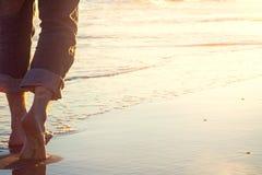 Promenade sur la plage au coucher du soleil Photo libre de droits