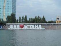 Promenade sur le bateau de moteur - bâtiments modernes Images libres de droits