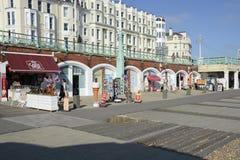 Promenade sur le bord de mer de Brighton l'angleterre photos stock