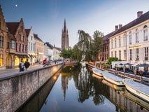 011-19 promenade sur le canal de Bruges image stock