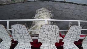 Promenade sur un bateau de touristes sur les rivières et les canaux de St Petersburg, Russie banque de vidéos