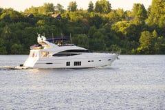 Promenade sur un yacht Photo libre de droits
