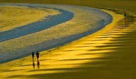 Promenade sur une plage d'or Photographie stock libre de droits