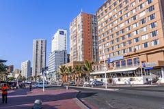 Promenade tegen Stadshorizon op Strandvoorzijde in Durban royalty-vrije stock fotografie