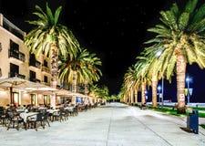 Promenade in Tivat, Montenegro in de nacht stock fotografie