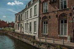 Promenade und alte Backsteinbauten auf dem Kanal ` s umranden an einem sonnigen Tag in Brügge Lizenzfreie Stockbilder