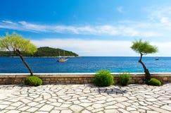 Promenade und Ansicht über adriatisches Meer nahe Dubrovnik, Dalmatien, Kroatien Stockfotos